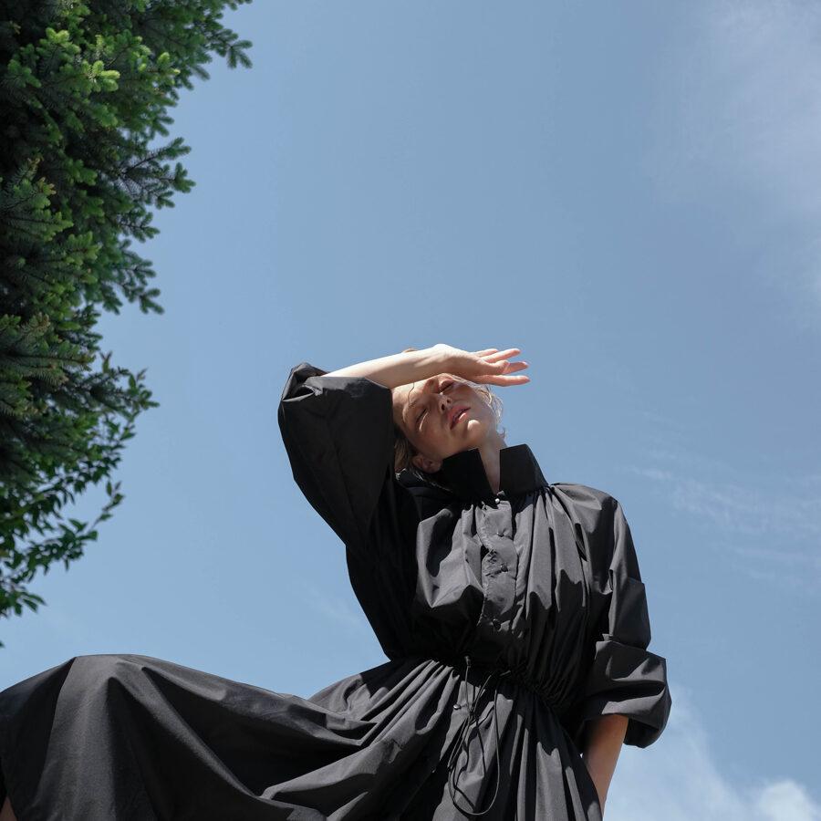 Čierny riasený plášť