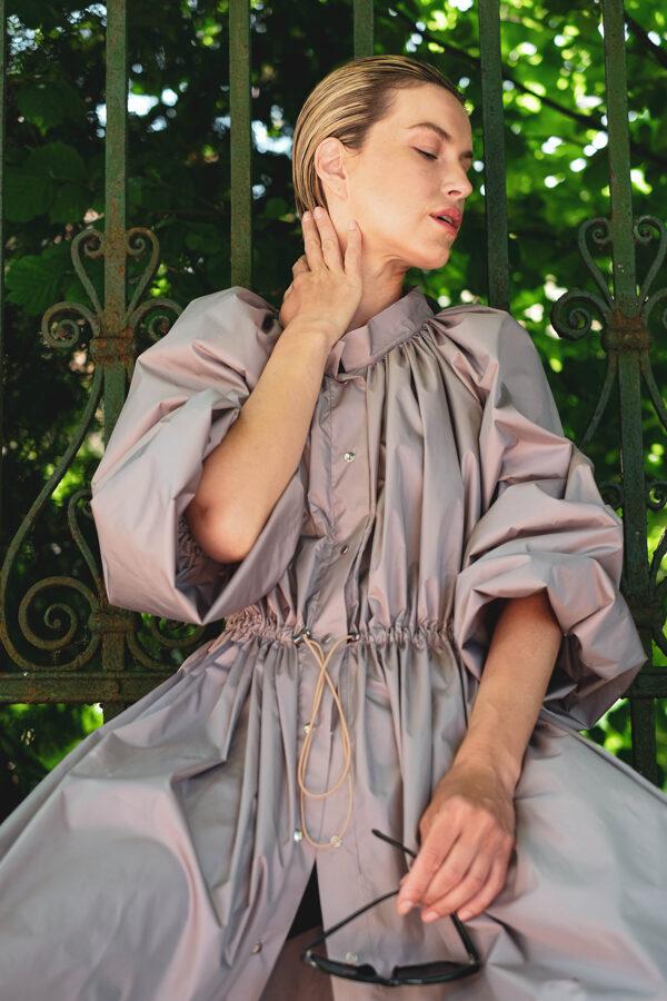 Svetlo hnedý riasený plášť