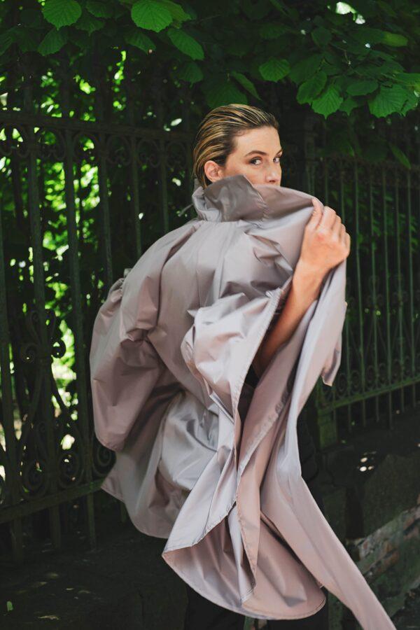 Ľahký plášť s opaskom