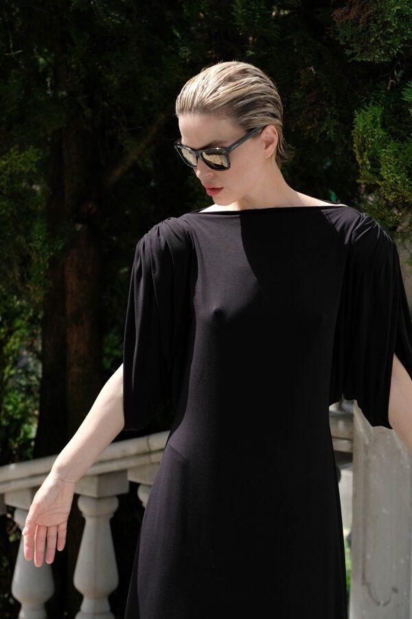 Šaty s výraznými ramenami