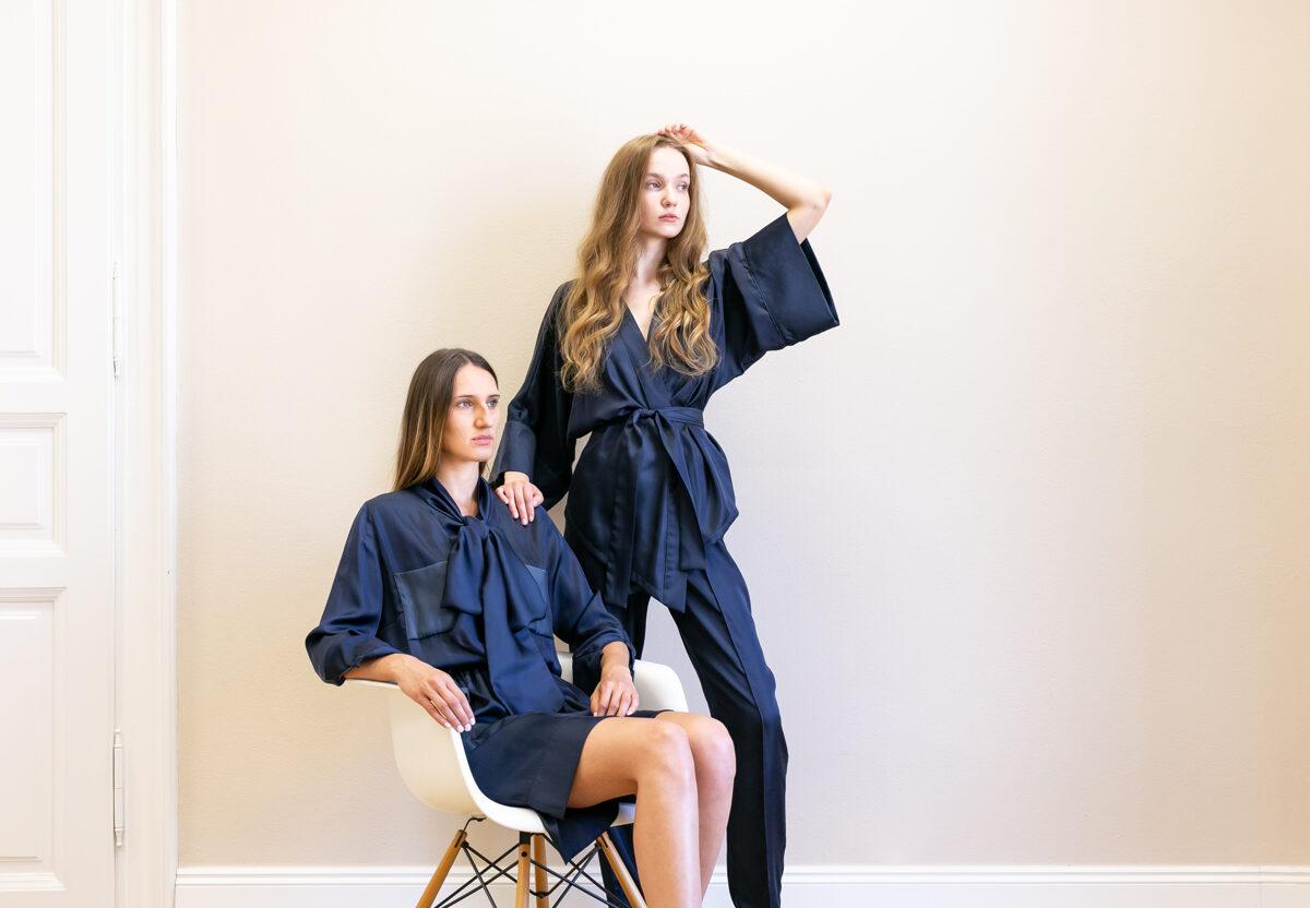 Modré šaty s vreckami a dlhou viazačkou