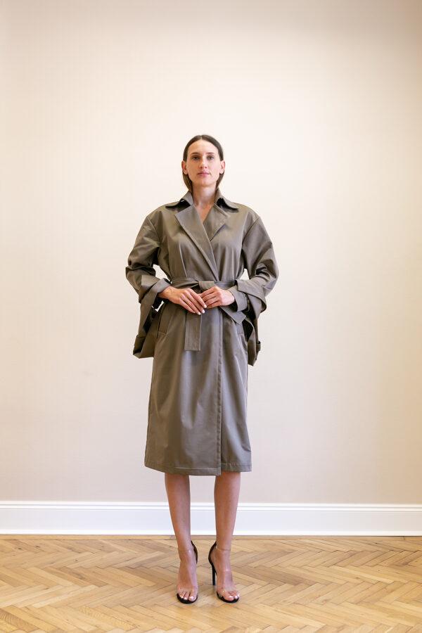 Kabát s výraznými ramenami