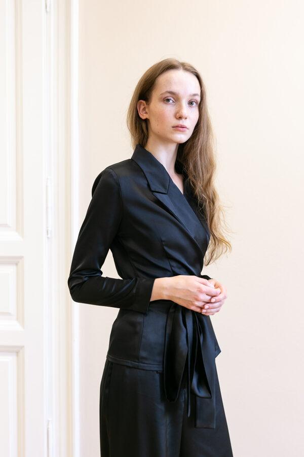 Čierne  sako s klasickou fazónou a opaskom